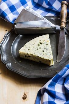 Błękitny ser na nieociosanym tle