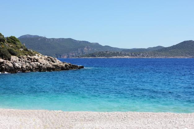 Błękitny spokojny morze śródziemnomorskie i góra. tekstura w tle.