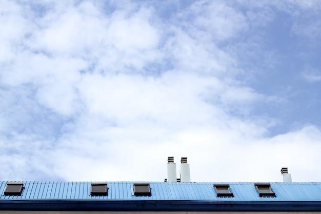 Błękitny stalowy dachowy skylight windown kominu niebo