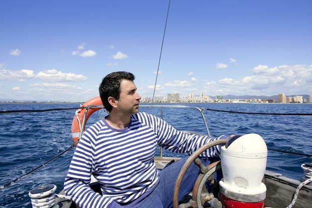 Błękitny żeglarz na rocznika drewnianej żaglówki oceanu morzu