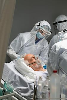 Bliscy lekarze i pacjent z maską