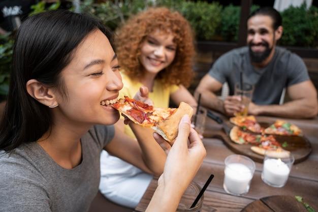 Bliscy przyjaciele jedzący pizzę
