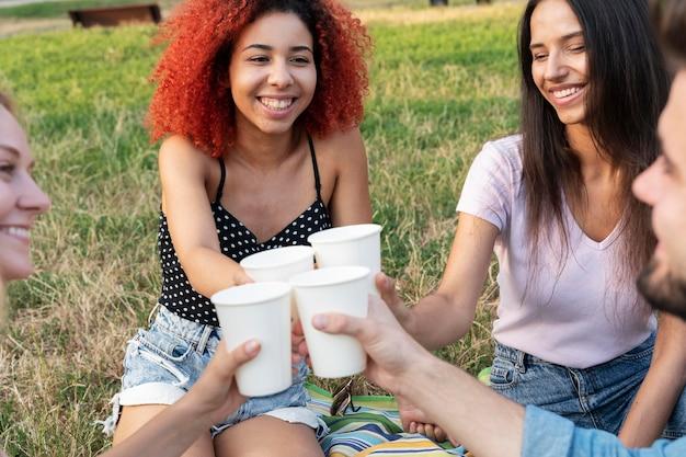 Bliscy przyjaciele trzymający kubki