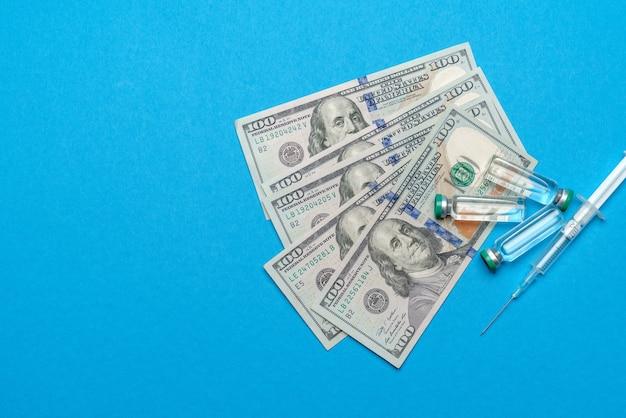 Bliska 100 dolarowych, ampułki strzykawek i szczepionek