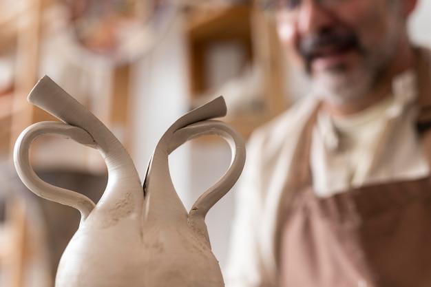 Bliska artysta i gliniany garnek