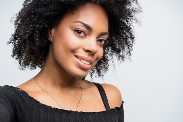 Bliska autoportret pięknej kobiety afroamerykanów przy selfie.