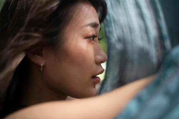 Bliska azjatycka kobieta z szmatką