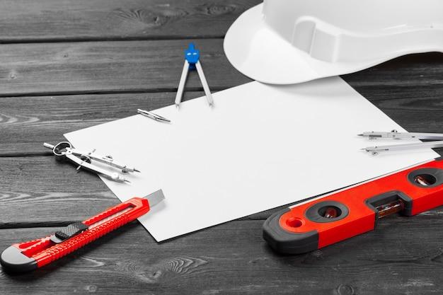 Bliska biały kask i różnorodne narzędzia do naprawy