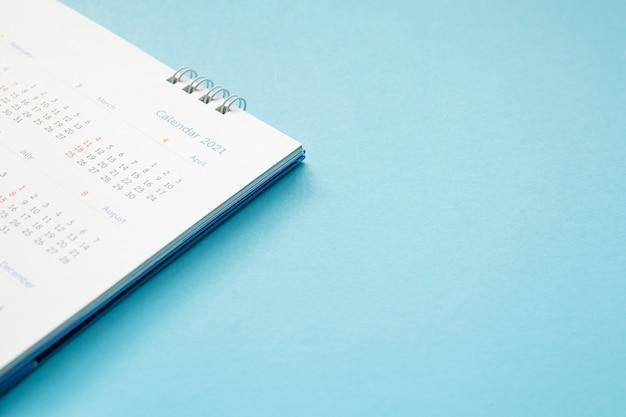 Bliska biały papier biurkowy kalendarz na stole