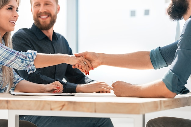 Bliska biznesmen i bizneswoman, ściskając ręce