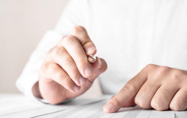 Bliska biznesowy mężczyzna podpisujący umowę dokonywania transakcji, koncepcja biznesowa