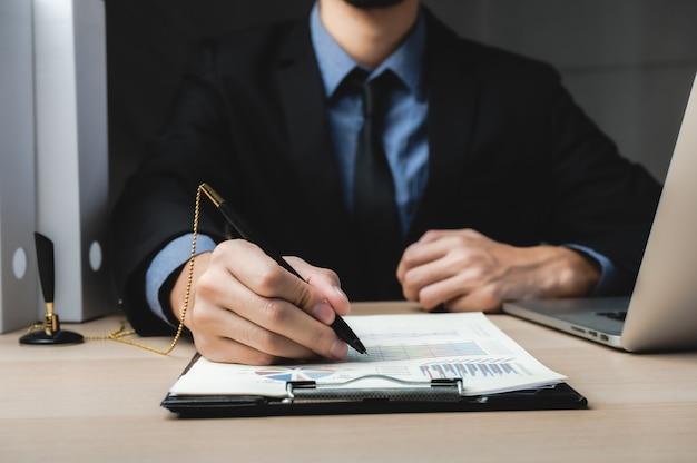 Bliska biznesowy mężczyzna podpisujący umowę, klasyczna koncepcja sukcesu biznesowego