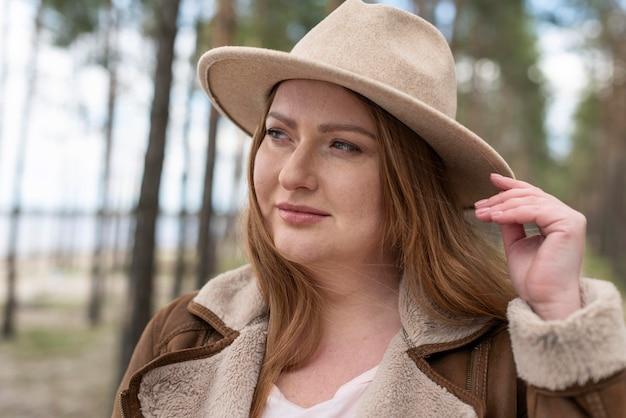 Bliska buźka kobieta z kapeluszem na zewnątrz