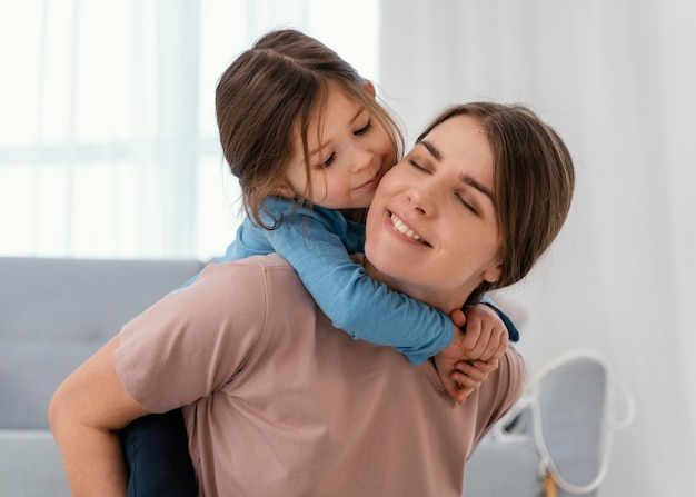 Bliska buźka matka trzyma dziecko