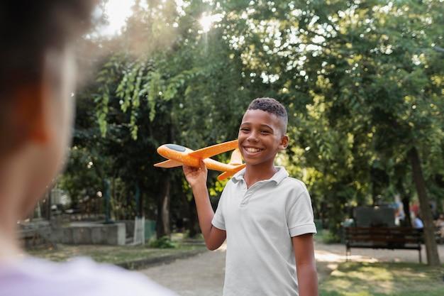 Bliska buźkę chłopca trzymającego samolot