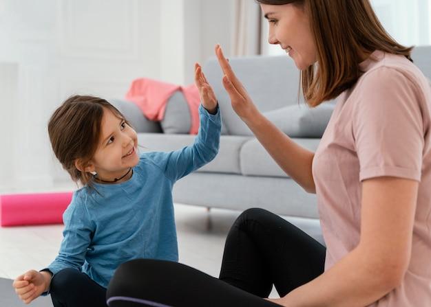 Bliska buźkę córki i matki