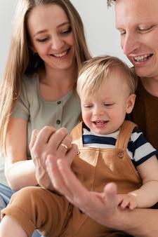 Bliska buźki rodziców z małym dzieckiem