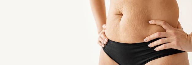 Bliska ciało kobiety z miejsca na kopię