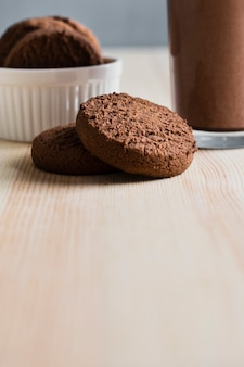 Bliska ciasteczka ze szklanką mleka czekoladowego