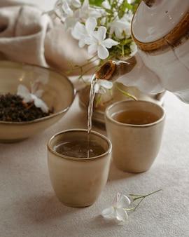 Bliska czajniczek nalewania herbaty