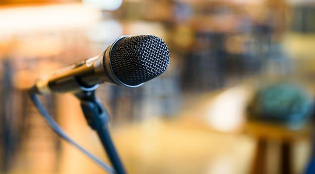 Bliska czarny mikrofon stojący w sali konferencyjnej sali konferencyjnej