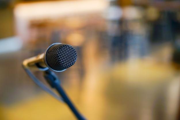 Bliska czarny mikrofon stojący w sali konferencyjnej
