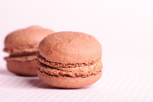Bliska czekoladowe makaroniki na stole