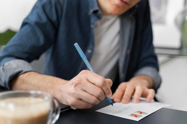 Bliska człowiek pisze list