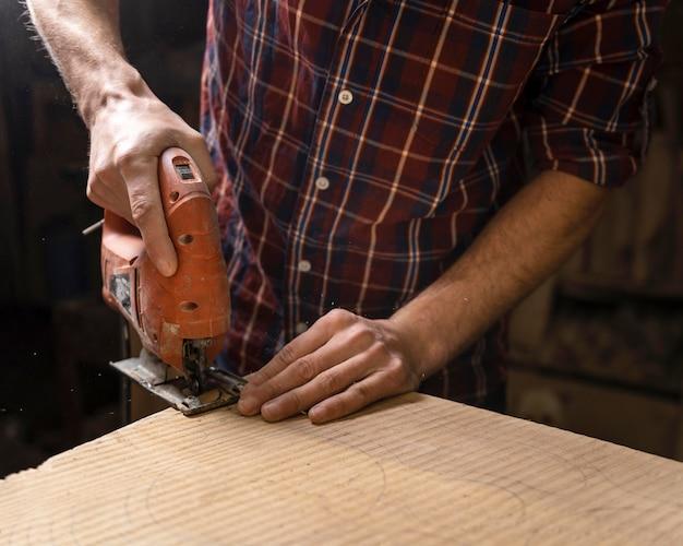 Bliska człowiek pracujący z drewnem