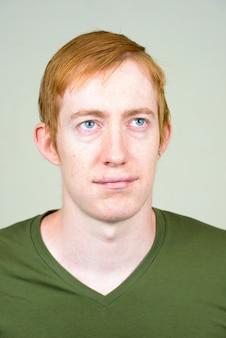 Bliska człowieka z rude włosy na białym tle