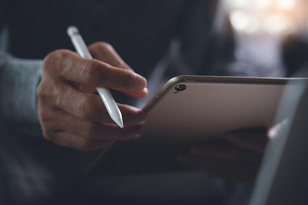 Bliska człowieka za pomocą cyfrowego tabletu
