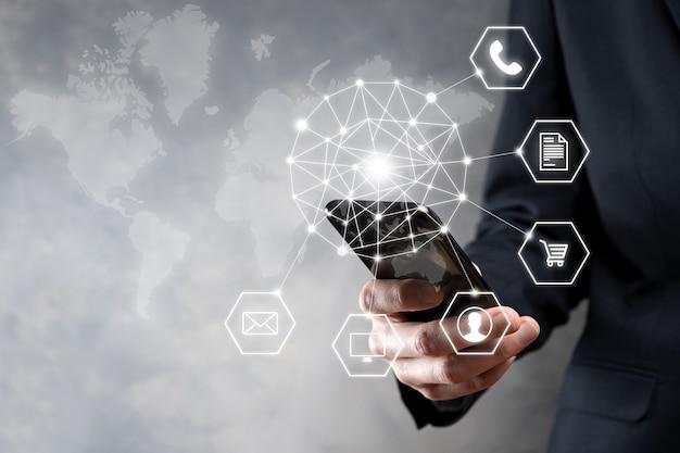 Bliska człowieka za pomocą inteligentnego telefonu komórkowego i ikona infografiki cyfrowej technologii społeczności