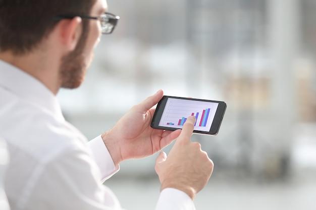 Bliska człowieka za pomocą inteligentnego telefonu komórkowego. ludzie i technologia
