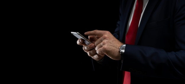 Bliska człowieka za pomocą inteligentnego telefonu komórkowego.
