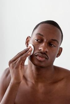 Bliska czyszczenie twarzy człowieka