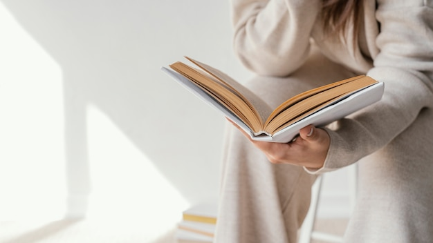 Bliska czytanie książki studenta