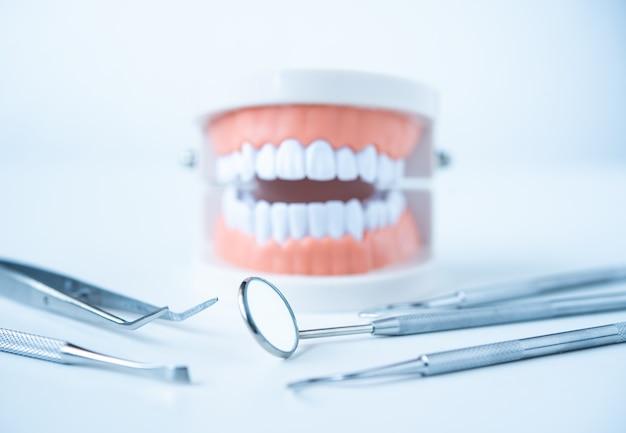 Bliska dentysta narzędzia do pielęgnacji zębów na białym tle widok z góry