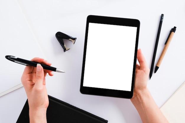 Bliska dłoń z tabletem i ołówkiem