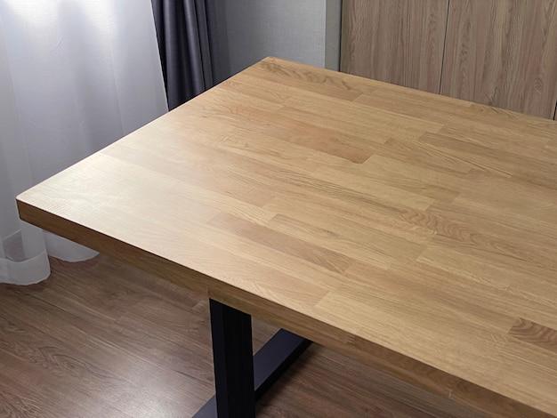 Bliska drewniane meble, stół z drewna dębowego, szczegóły mebli do wnętrza.