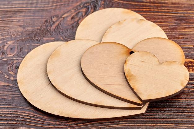 Bliska drewniane serca do decoupage.
