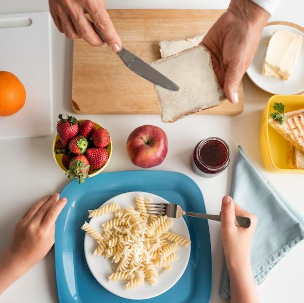 Bliska dziadków przygotowuje jedzenie