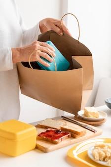 Bliska dziadków przygotowuje torbę