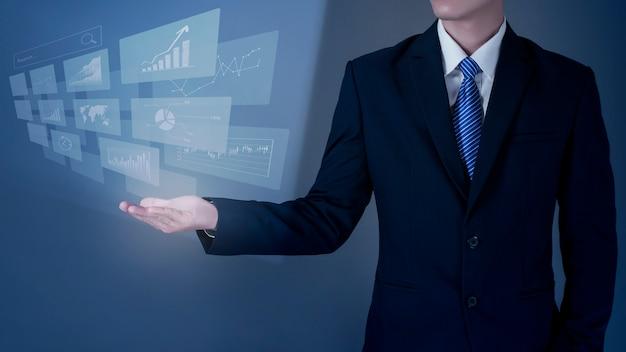 Bliska działalności człowieka trzyma cyfrowy ekran wirtualny, dane finansowe analizy