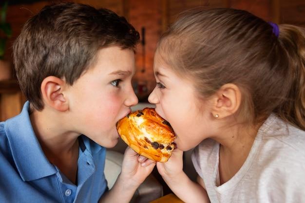 Bliska dzieci jedzą deser