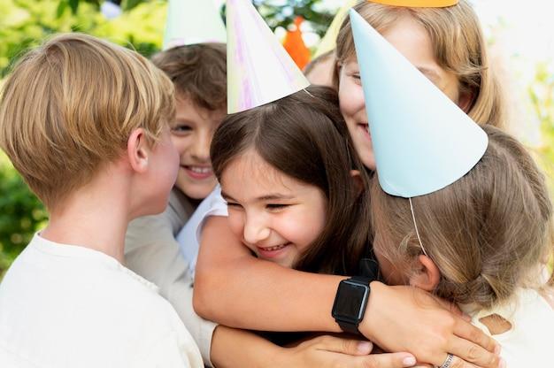 Bliska dzieci w czapkach imprezowych