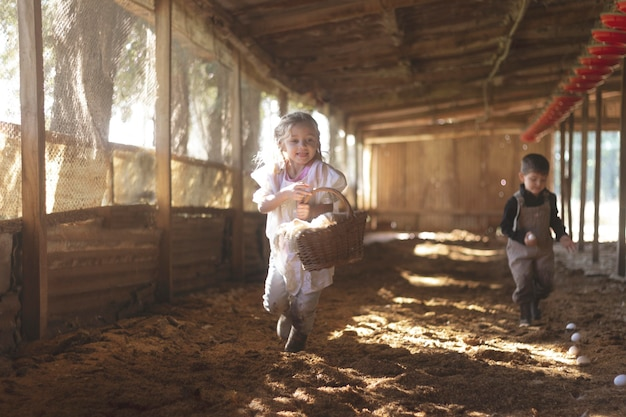 Bliska dzieci zbierające jajka