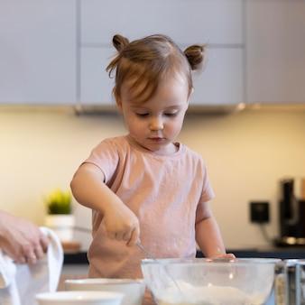 Bliska dzieciak mieszania mąki
