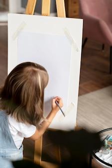 Bliska dziewczyna będąca artystką