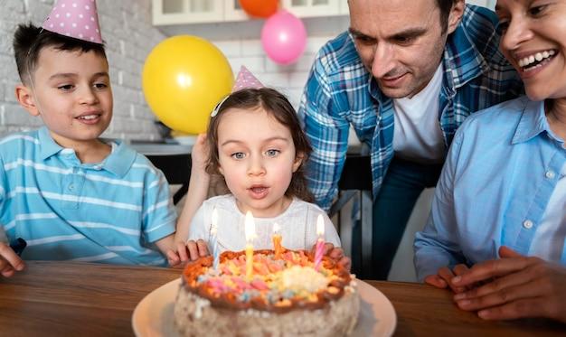 Bliska dziewczyna dmuchanie świeczki