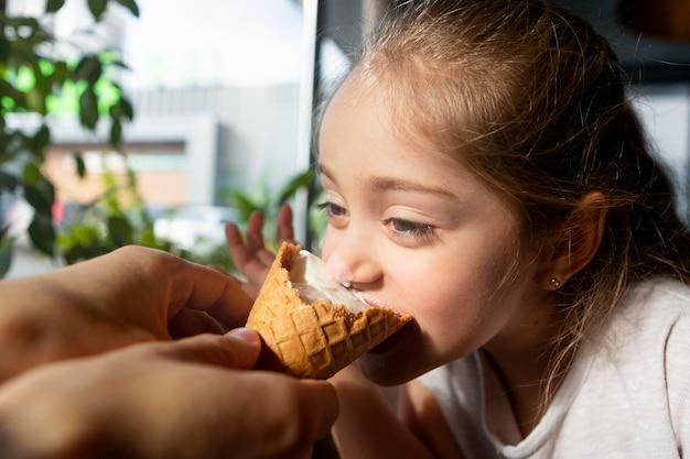 Bliska dziewczyna jedzenie lodów